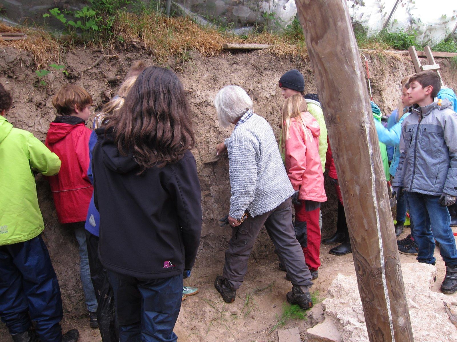Die Schüler des Ottheinrich-Gymnasiums inspizieren die Ausgrabungsstelle