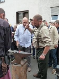 Gemeinderat Peter Geng beim historischen Schmieden